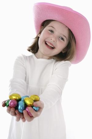 oeufs en chocolat: Fille avec des ?ufs en chocolat