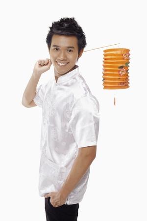 papierlaterne: Mann in traditioneller Kleidung holding Papier Laterne