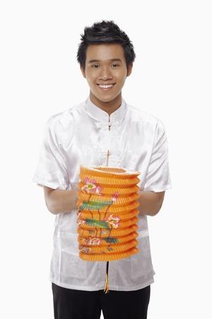 papierlaterne: Mann in traditioneller Kleidung holding Papierlaterne