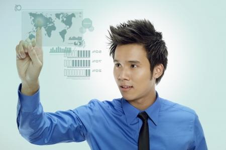 Hombre de negocios usando la pantalla digital