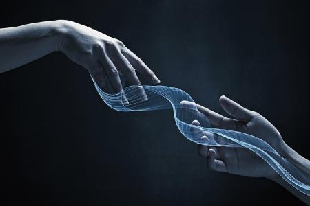 efectos especiales: Las manos humanas alcanzar el uno al otro Foto de archivo