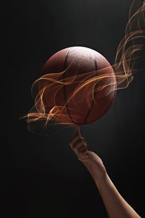 dedo                �ndice: Baloncesto girar en el dedo �ndice Foto de archivo