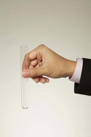 probeta: La mano del hombre la celebración de un tubo de ensayo
