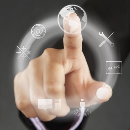 dedo indice: Dedo �ndice que se�ala en s�mbolos en un men� de la pantalla t�ctil