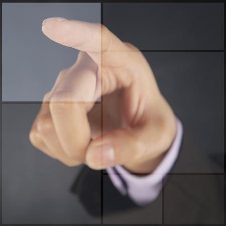 dedo                �ndice: Dedo �ndice que se�ala en azulejos gr�ficos digitales Foto de archivo