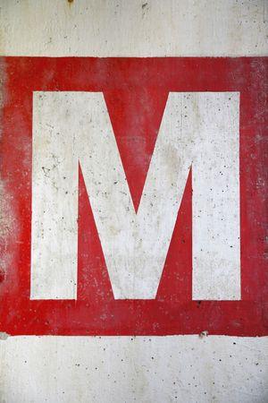 letra m: Letra M en la pared