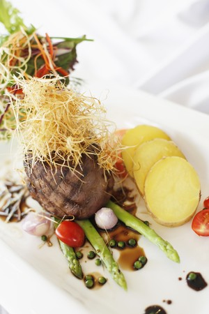Roasted beef with sliced potatoes and asparagus
