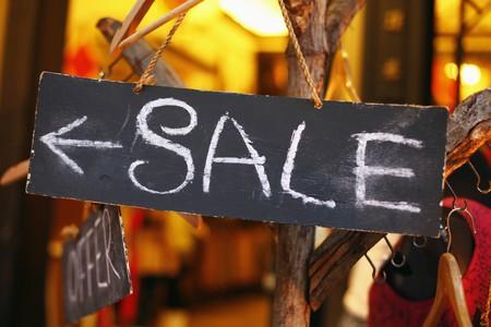 kledingwinkel: Verkoop teken binnen een kledingwinkel Stockfoto