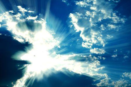 환상적인 태양 광선 구름을 통해 눈에 띄는 폭발처럼. 그래픽 효과는보다 극적인 이미지에 적용됩니다.