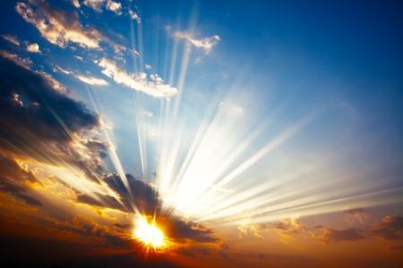 rayos de sol: hermoso atardecer colorido con rayos de sol