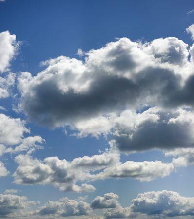 despacio: Fluffy nubes de moscas lentamente en el cielo. En silencio y fácil.