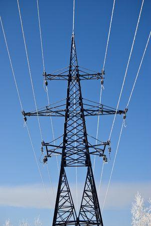 casi: Hoarfrost en cables de alta tensi�n. Contra el cielo casi claro. Foto de archivo