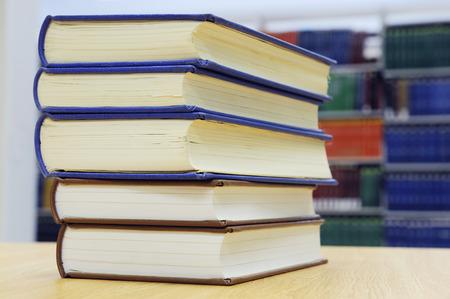 library: libros de apilamiento en el escritorio de la biblioteca