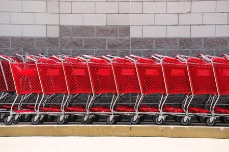 レンガの壁の前にショッピングカート