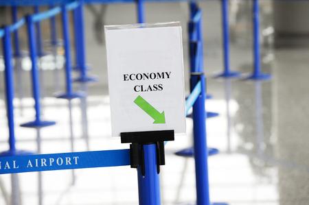 file d attente: économie d'attente en ligne avec personne à l'aéroport Banque d'images