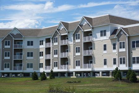 Mehrfamilienhaus Standard-Bild