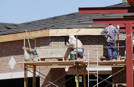 construction worker working on house exterior Zdjęcie Seryjne