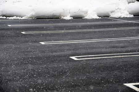 parking vide avec de la neige enlevée Banque d'images