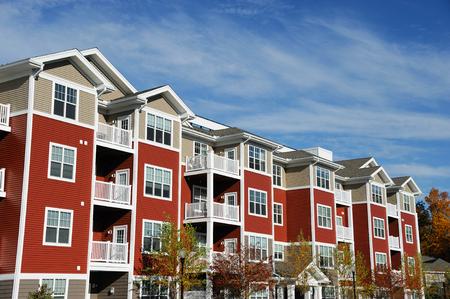 Cerca de moderno edificio de apartamentos con cielo azul