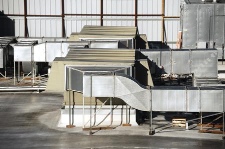 leidingen van airconditioningsysteem bovenop het dak Stockfoto