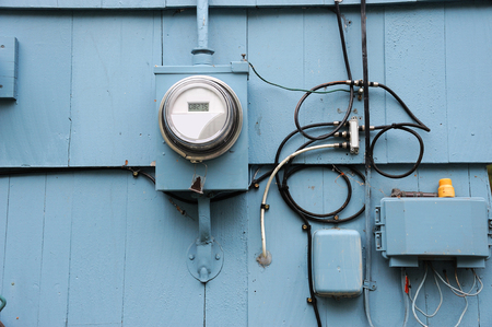 electric meter: old electric meter installed on the wall of house exterior Foto de archivo