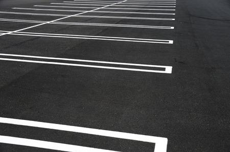Nieuwe geplaveide lege parkeerplaats met nieuwe geschilderde striplijnen Stockfoto