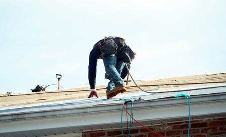 Handyman working on repairing the roof Zdjęcie Seryjne