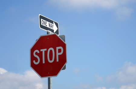 stop sign and one way sign with sky background Banque d'images - 104629011