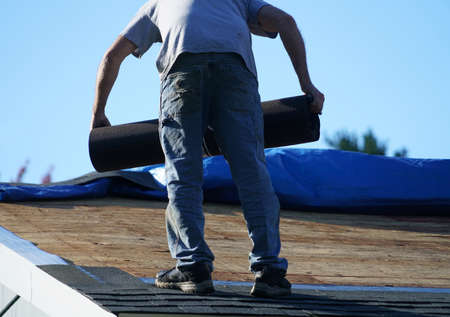 worker install new shingle on the roof of the house for roof repair 免版税图像 - 159533189