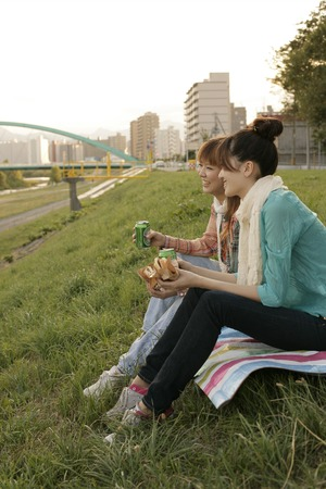 Young women sitting on bench LANG_EVOIMAGES