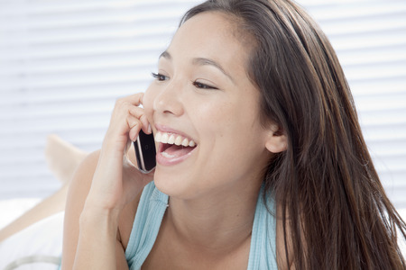 Young woman talking on a cell phone LANG_EVOIMAGES