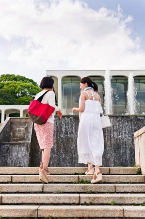 bajando escaleras: Two women talking while going down stairs LANG_EVOIMAGES