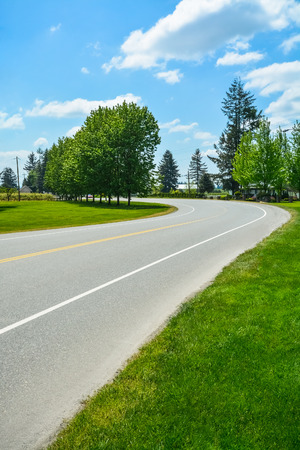 Turn of asphalt road in rural area of Fraser Valley in British Columbia Zdjęcie Seryjne - 122885576