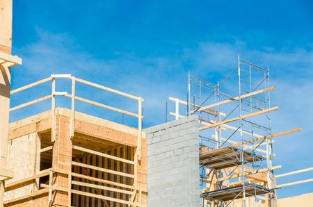 Parte superiore del nuovo edificio condominiale con ponteggi per la costruzione sul lato
