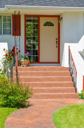 Entrada de la casa unifamiliar con umbrales y camino en frente