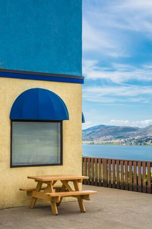 Cafe place with wooden table and view on Okanagan lake 版權商用圖片