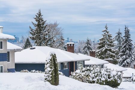 Street of residential houses in suburban of Vancouver. Family houses in snow on winter season Stockfoto