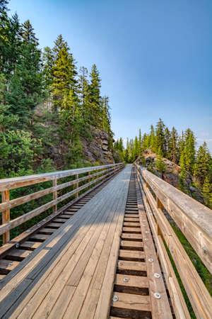 Bike trail over old railroad bridge over Myra canyon in Okanagan valley 版權商用圖片