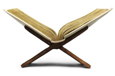 vangelo aperto: Bibbia religiosa su un banco di legno.