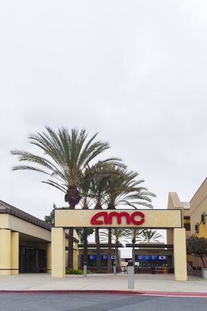 Fullerton, California, USA - April 3, 2018: AMC theatre entrance sign in Fullerton, California. AMC Cinemas is the largest movie theater chain in the world, and also the largest in the United States. Foto de archivo - 137195905