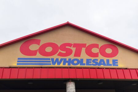 Fullerton, California, USA - April 3, 2018: Costco entrance storefront in Fullerton, California. Costco Wholesale operates an international chain of membership warehouses, carrying brand name merchandise at substantially lower prices. Foto de archivo - 137195906
