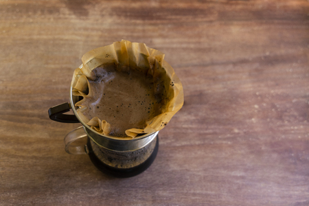 Top view of pour over drip coffee glass container over wood. Foto de archivo - 120934409