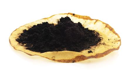Montón aislado de granos de café molidos elaborados