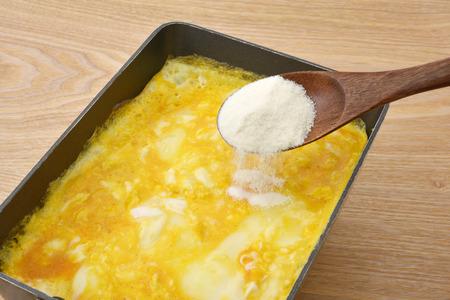 スクランブル卵とコラーゲン パウダー 写真素材