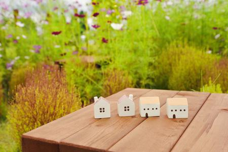 庭の木製のテーブルの上のミニチュア住宅