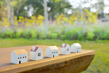 庭の木製のテーブルの上のミニチュア住宅 写真素材 - 87745169