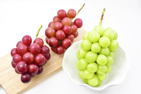 シャイン マスカット (緑) と王妃ニーナ (赤) に、熟したブドウという 写真素材 - 87745170
