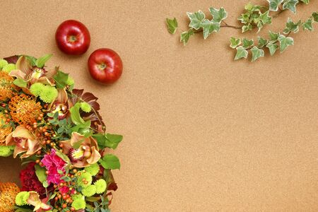 Botanical frame : arrangement on a cork board with apples and ivy. Stok Fotoğraf