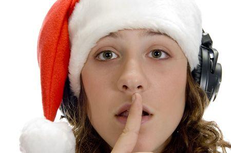 keep silent: donna che incarica di mantenere il silenzio su uno sfondo isolato