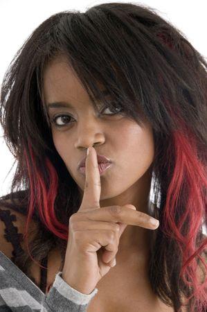 guardar silencio: las mujeres piden a guardar silencio con fondo blanco